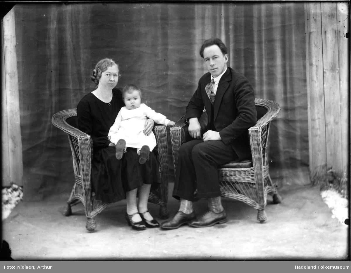 Et familieportrett, mor, far og en baby. Familien Ballangrud