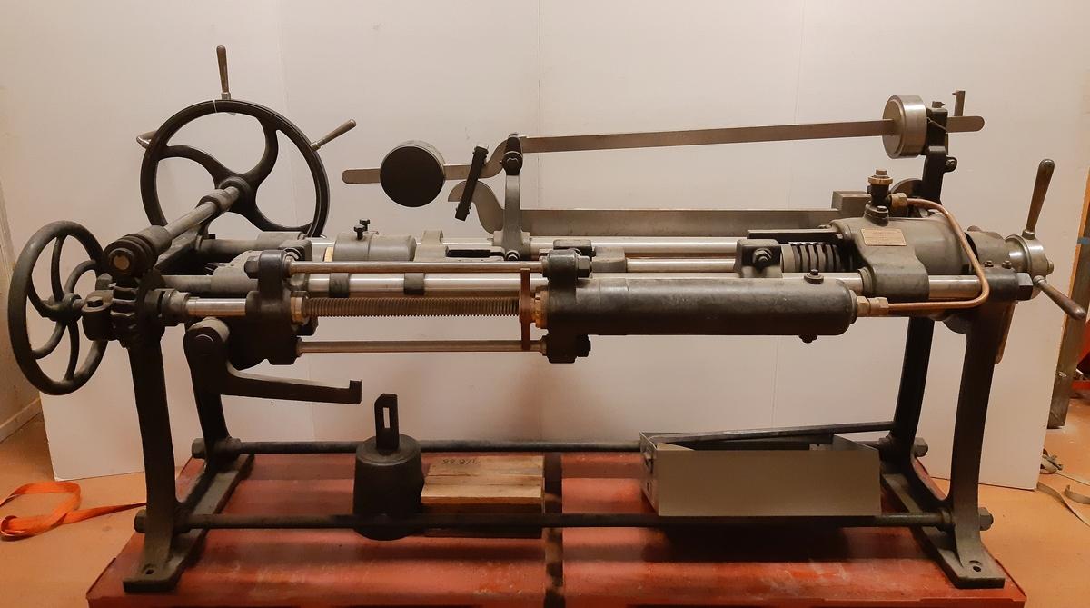 Sträckmaskin enligt franske ingenjören L. Delaloë. För dragprovning av metall.