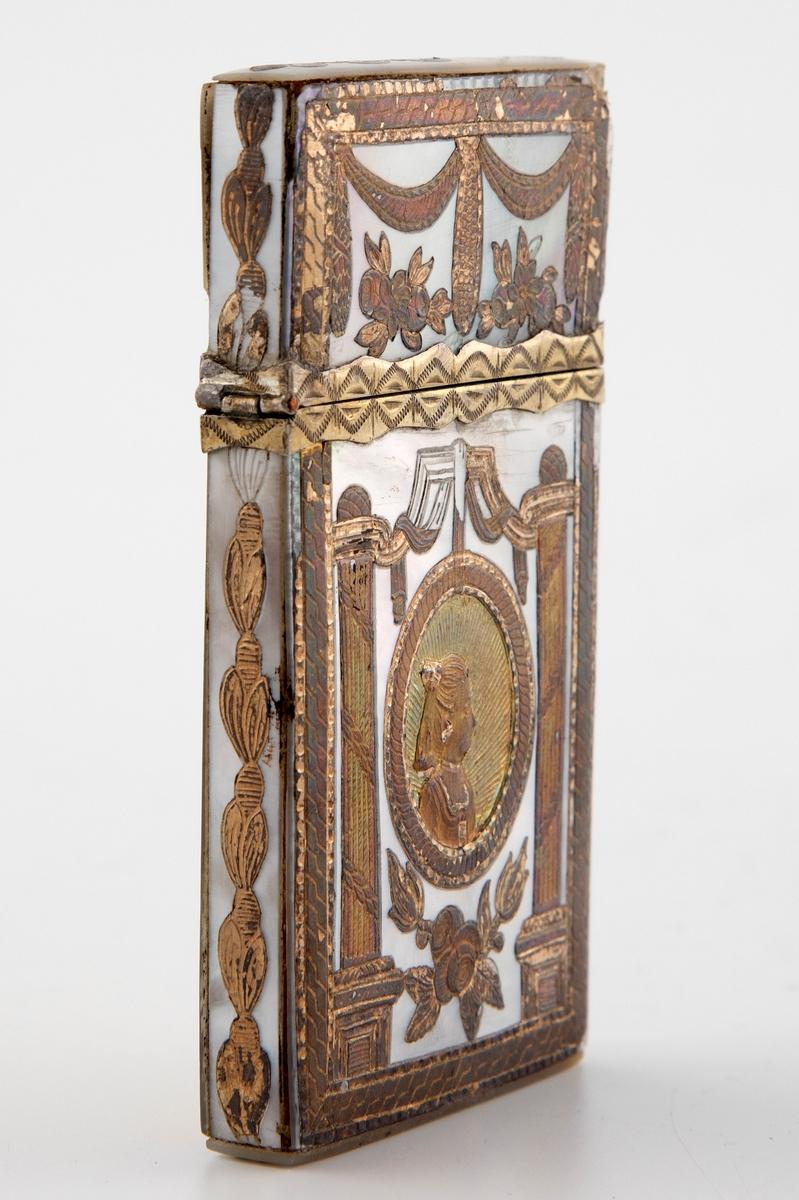 """Flattrykket rektangulært etui som inneholder tre vifteformede kort i elfenben. Rektangulært lokk som er hengslet på etuiets kortside. Yttersiden er dekket med perlemor samt detaljering i forgylt metall. Dekoren består av en oval medaljong, flankert av søyler, drapperier og blomster i lavt relieff.   På forsiden av etuiet er det en medaljong med en skikkelse med orientalsk hodeplagg, og ovenfor er innskriften """"SOUVENIR"""". På baksiden en kvinne med oppsatt hår. Begge figurene er omgitt av radiære stråler."""