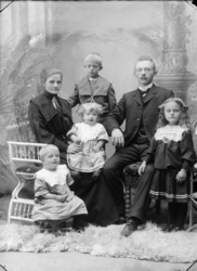 Musiker Torgersen med sin kone og fire barn