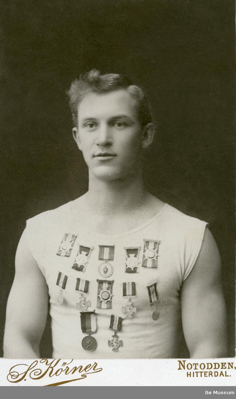 Portrettfoto av mann med medaljer på brystet