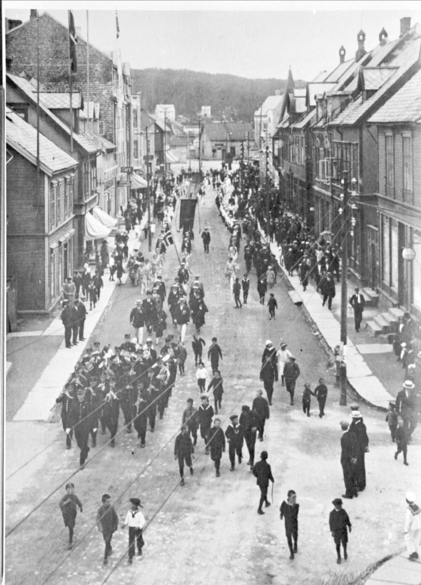 Opptog i Strandgata under det første  Nord-Norsk turnstevne i 1925. Divisjonsmusikken i forgrunnen.