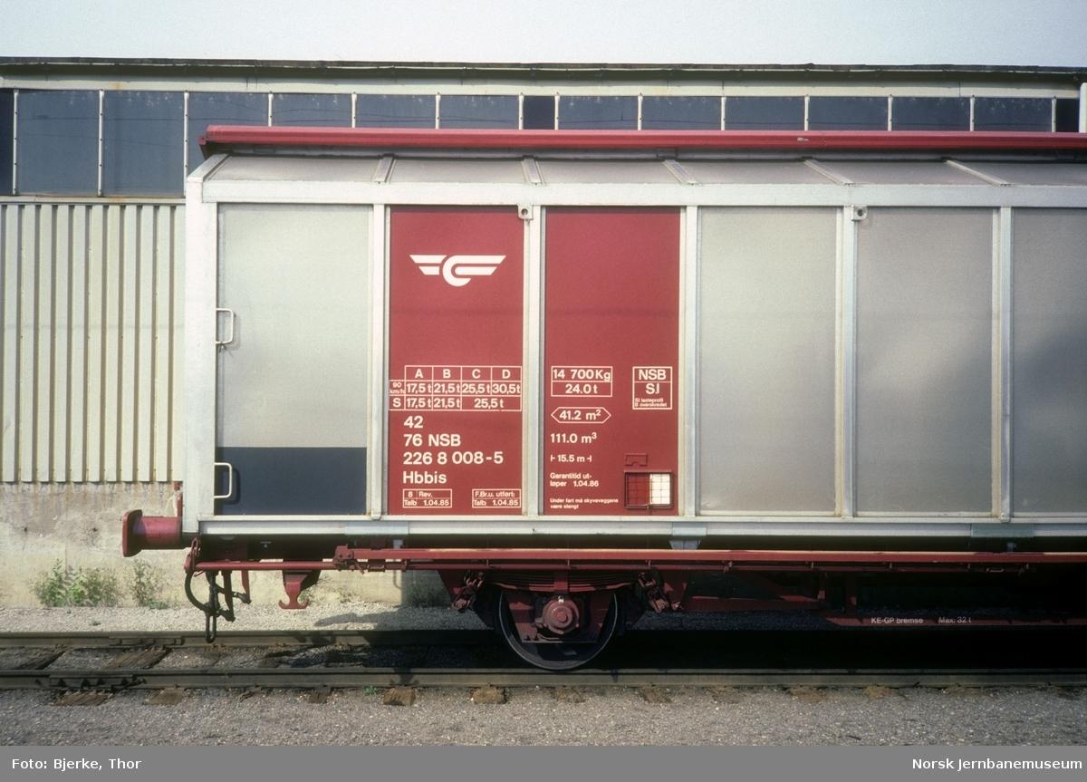 Lukket godsvogn litra Hbbis nr. 228 6008 på Hamar stasjon