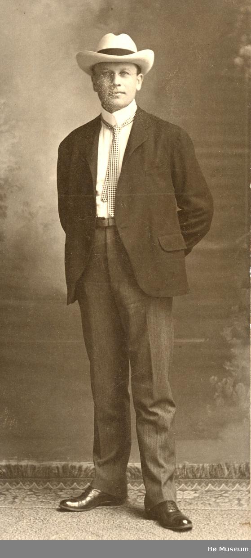 Halvor Jørgensen Lie studerte til tannlege etter han kom til Amerika. Etter at han var ferdig med studiet ved University of Wisconsin busette han seg i La Crosse, Wis.