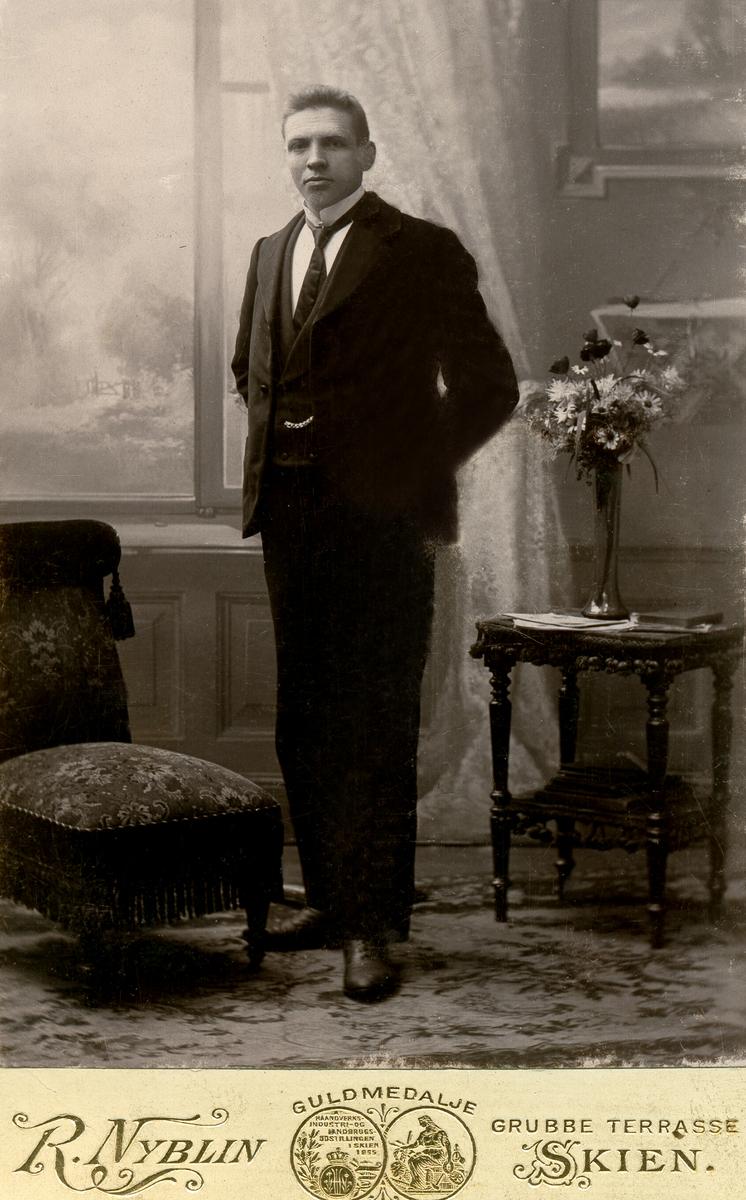 Atelierfoto av Olav Røthe.