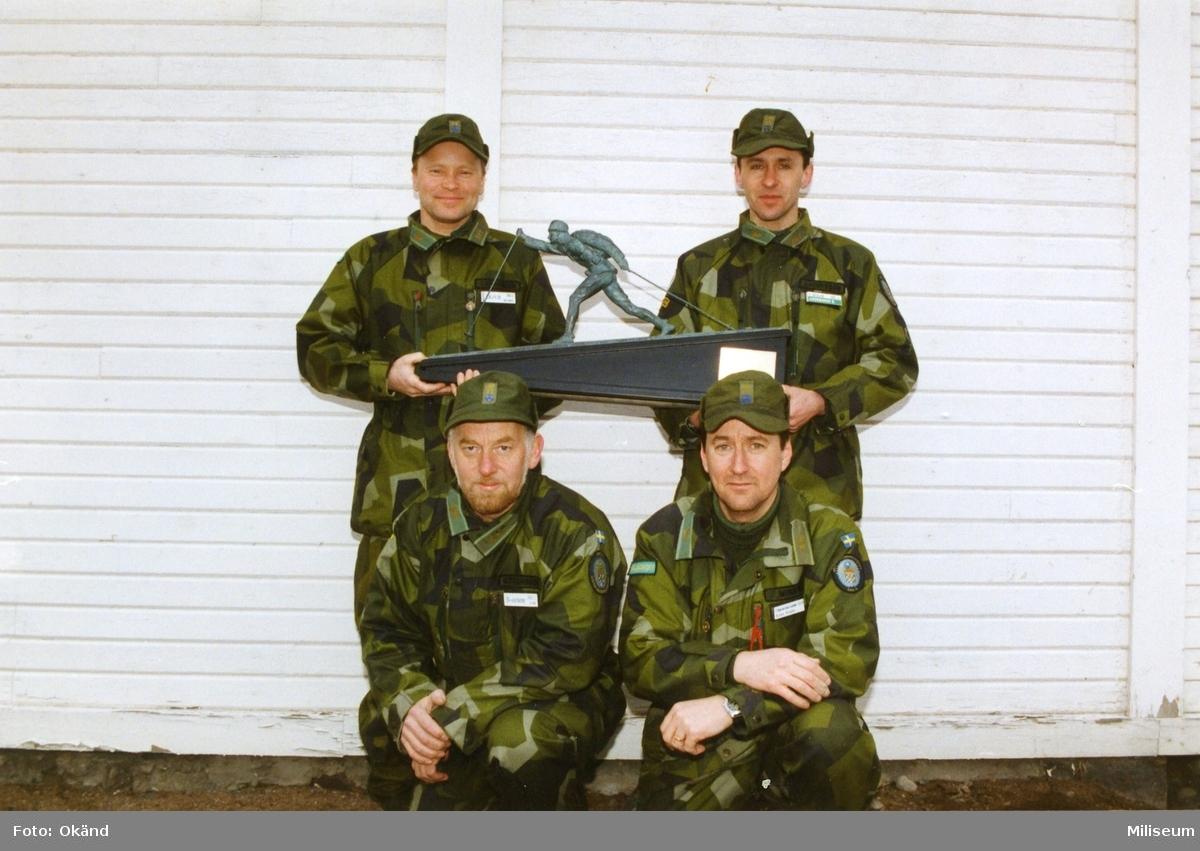 Ebersteinska priset. Stående kapten Göran Carnander, Ing 2 och kap. Kenth Andersson, Ing 2. Sittande kap. Lars Göransson, Ing 2 och löjtnant Kenth Wisen, Ing 2.
