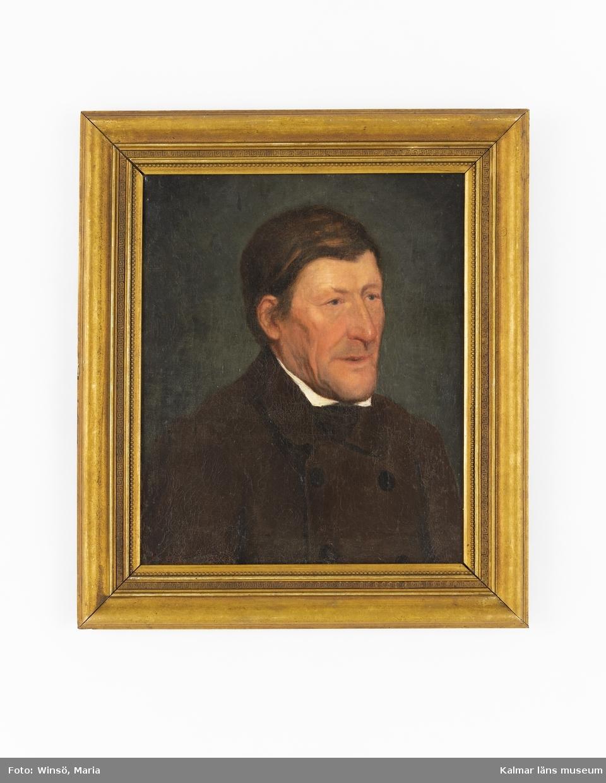 Motivet föreställer en bröstbild av en man med mörkt hår och brun rock.