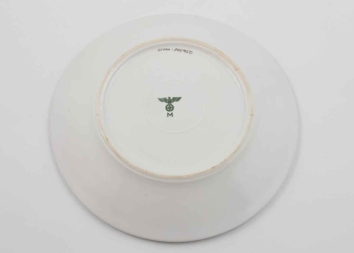 Middagstallerken i glasert porselen med stempel av den tyske ørn, svastiska og M (Kriegsmariene)