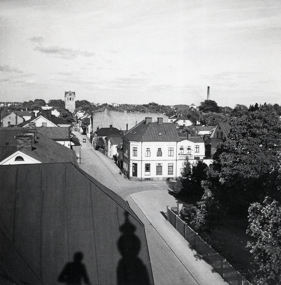 Hörnfastigheten Sandgärdsgatan nr 29 (kvarteret Lugnet nr 1), med blick längs Sandgärdsgatan. Närmast i bild hustaken i kvarteret Fries. I bakgrunden syns domkyrkan.