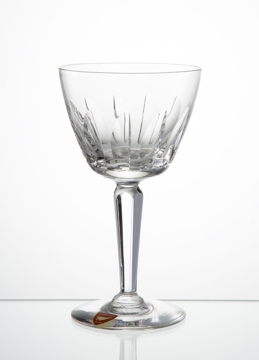 Vitvinsglas, tulpanformad kupa med skärslipad dekor. Fasettslipat ben på slät fot.