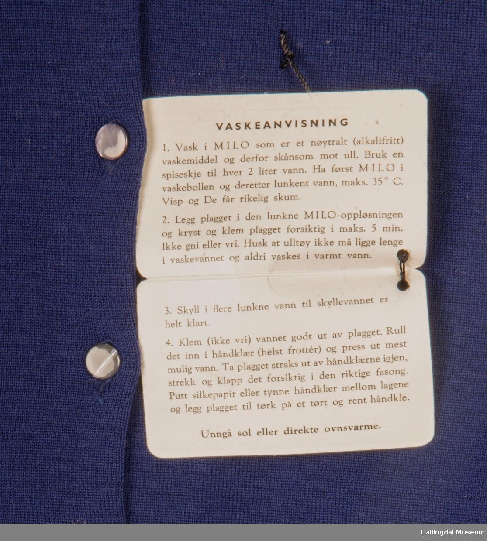 Blå strikkejakke med 6 plastknapper.