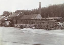 Hofs Bruk startet opp i 1884 Den startet som et sliperi med