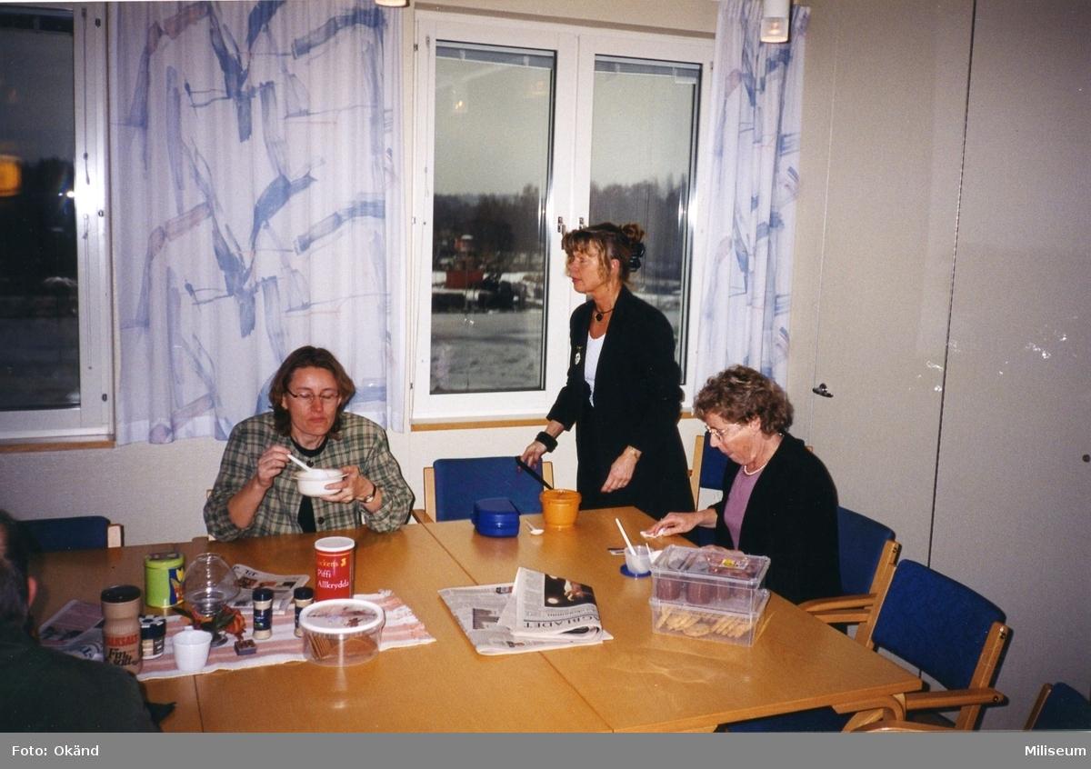 Expedition på I 12. Byråassistent Lilian Stedt fostab/uhsekt, till höger.