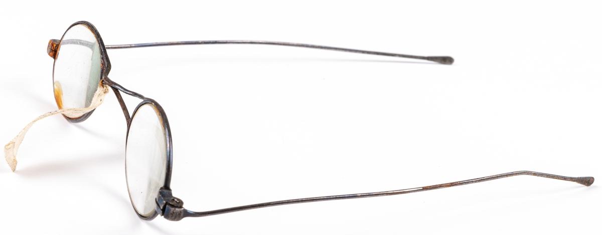 Kat. kort: Glasögon med fodral i mässing. 1800-talet.