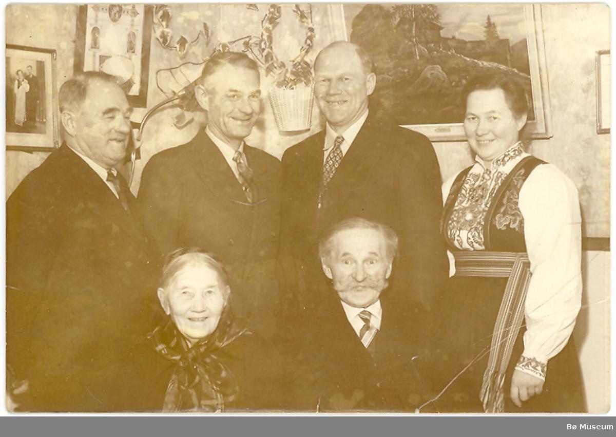 Halvor T. og Ingrid J. Forberg med dei fire barna. Bak frå v. Tollef, Anund, Jon og Anne.  Tre andre enketlportrett ligg også under dette nummeret.