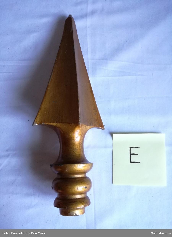 A: Gullmalt hovedspir til fane. D-E: Gullmalte sidespir til fane. F: faneduk, duk av dobbel silke festet til tverrstang med messingstifter på possement med gul silkefrynse. Dukens forside av av hvit silke med øverst; blå, tunget kappe med malte eikeblader i gull. Kantet med rød silkefrynse. På midten malt, polykromt motiv, delvis applikert: valkyrie ståver over tre skjold, to med rød bunn og ett med blå. I de røde skjoldene henholdsvis den norske løve og St. Hallvard. I det blå innskrift i gullskrift. Mellom skjoldene båndsløyfe i rødt/ blått/ hvitt. På sidene palmegrener. Dukens nedkant tunget med gul silkefrynse, langs sider og nedkant malt gullstripe, nederst med akantus og flamme. Over og under midtmotivet insripsjon med gullbokstaver. På baksiden: blå silke med malt gullbord som på forsiden og innskrift med gullbokstaver.