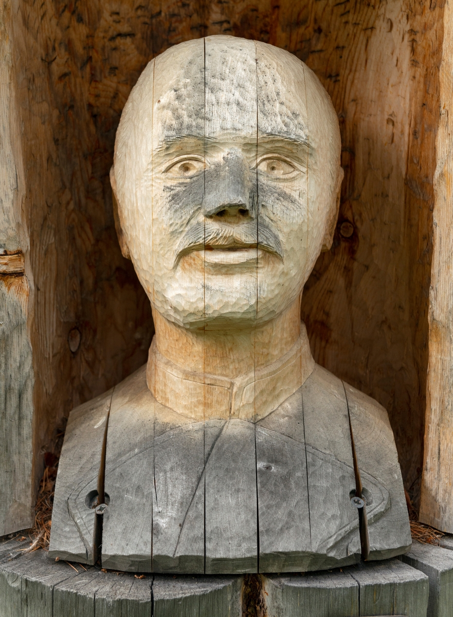 Byste – en skulptur som avbilder en persons hode, hals og skulderparti – utført i tre. I dette tilfellet er det forstmannen Axel Otto Christian Hagemann (1856-1907) som er portrettert. Han var født i Øyestad sogn i Aust-Agder. Unge Hagemann tok examen artium i 1874, deretter tok han såkalt anneneksamen før han i 1876 ble elev ved Ombergs skogskole i Östergötland i Sverige. Deretter var han student ved Skogsinstitutet i Stockholm i perioden 1876-78. Med den kompetansen dette gav tok han oppdrag som skogtaksator. Et av de første oppdragene han fikk var i Nordland, der han undersøkte de Coldevinske skogeiendommer, som ble vurdert solgt. I 1881 ble Hagemann ansatt som skogvokter i Saltdalen. Denne posisjonen hadde han hadde han i seks år. Deretter ble han forstassistent i Alta. I 1896 ble han skogforvalter i Vest-Finnmark. Fire år seinere ble han forfremmet til skoginspektør i «det nordlandske», det høyeste embetet i nordnorsk skogbruk. Hagemann gjorde seg særlig bemerket som en flittig skribent. Han skrev mest i artikkelformatet, men gav også ut boka «Vore norske Forstinsekter – en Haandbog for Skoveiere og Forstmænd» (1891). Han var også stifter av Finmarkens Amts Træplantingsselslap og seinere leder i Tromsø Amts Skogselskap. Hagemann var også politisk engasjert, først i kommunepolitikken i Alta, og fra 1895-1897 representerte han Finnmark Høyre på Stortinget. Denne bysten, som er skåret av limtre er plassert utenfor den gamle skogvokterboligen på Storjord i Saltdalen, der den portretterte forstmannen hadde vært skogvokter i perioden 1881-1887.  Treskjærerarbeidet er utført av Henning Ramsvik fra Rognan.