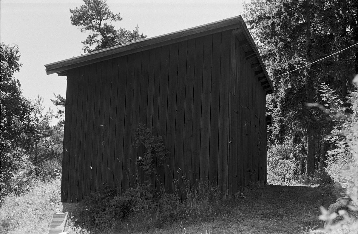 Vedbod och ladugård, Körlinge 5:1 och 6:1, Huggbo, Vänge socken, Uppland 1975