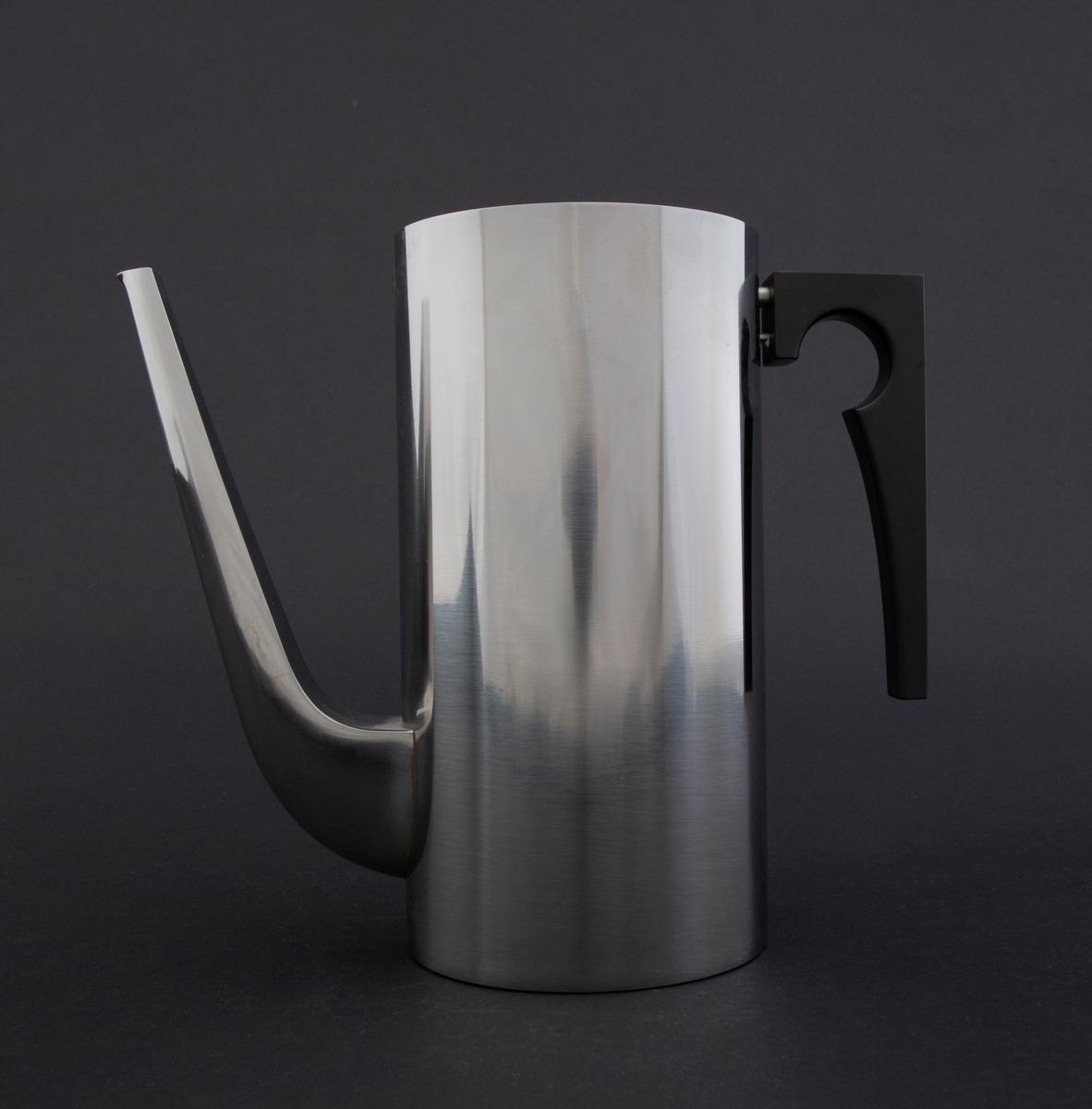 Cylinda-line kaffekanne i rustfritt stål med håndtak av svart kunstsstoff. Korpus er høy, sylinderformet med lang tut som er festet nederst på korpus. Lokket er løst med en sirkulær, flat lokknapp.
