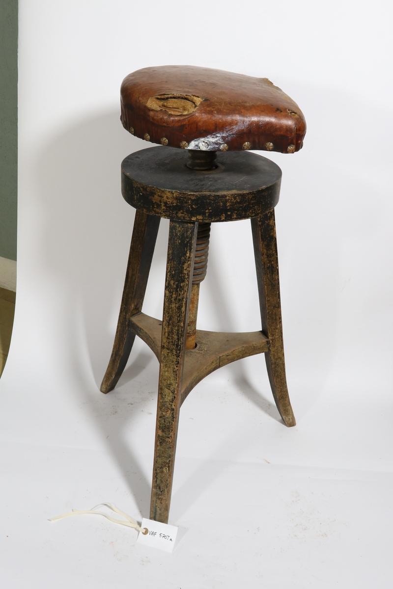 To kontorstoler uten rygg. Lærtrykne seter. Trebenet understell med midtskrue il høyderegulering til setene.