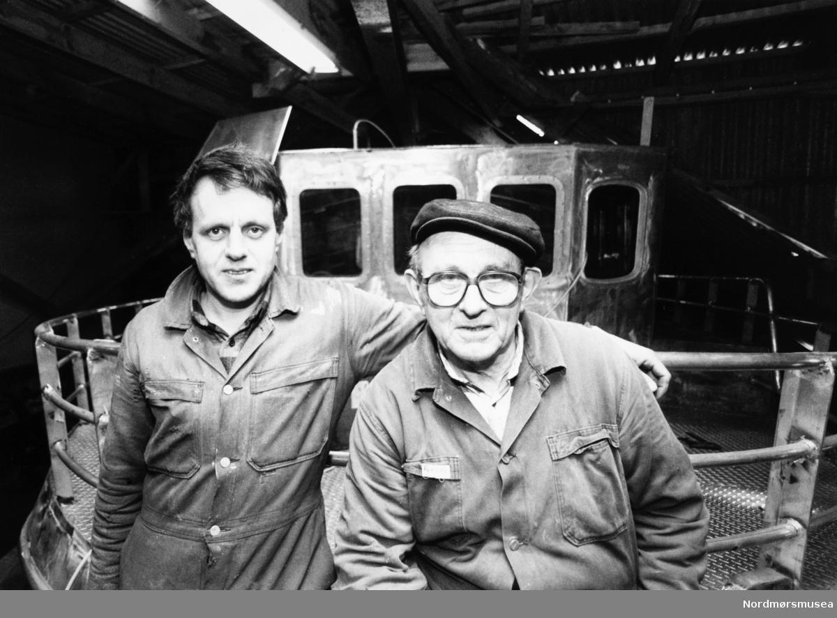 Bremsnes båtbyggeri, Averøy. Jacob Arne Dahlen til venstre. Bildet er fra avisa Tidens Krav sitt arkiv i tidsrommet 1970-1994. Nå i Nordmøre museums fotosamling.