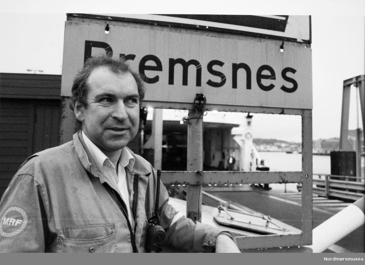 MRF-matros på Bremsnes fergekai. Bildet er fra avisa Tidens Krav sitt arkiv i tidsrommet 1970-1994. Nå i Nordmøre museums fotosamling.