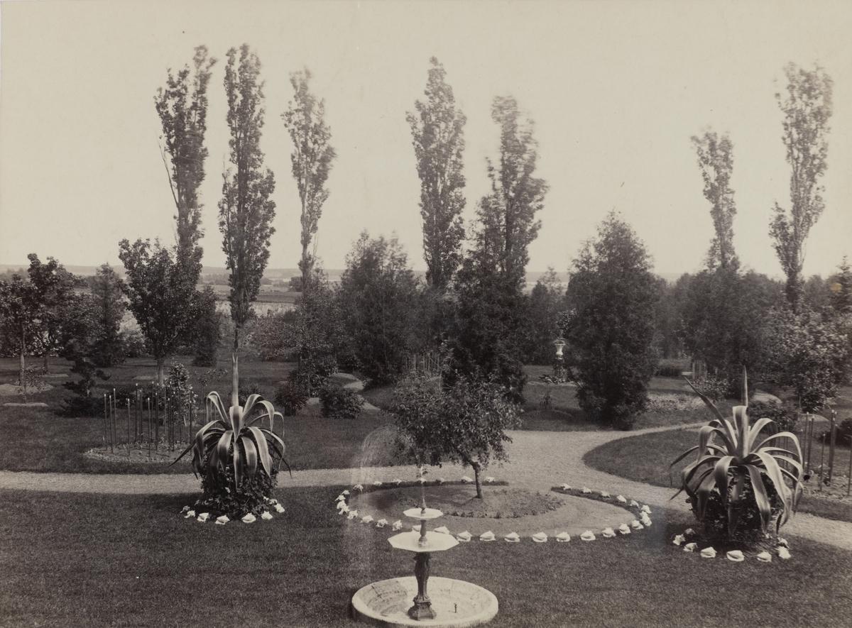 Latorp, utsikt från nedre verandan mot ötser. Dagbrottet och gruvan till vänster. Fotot troligen från omkring 1888 eller 1890-talet.