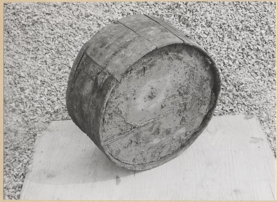 Laggat träkärl. Stämplat på ovansidan visande att innehållet tillverkats vid Färna bruk, Västmanland. Förpackningen, vanligen kallad fat, innehöll brännstål.