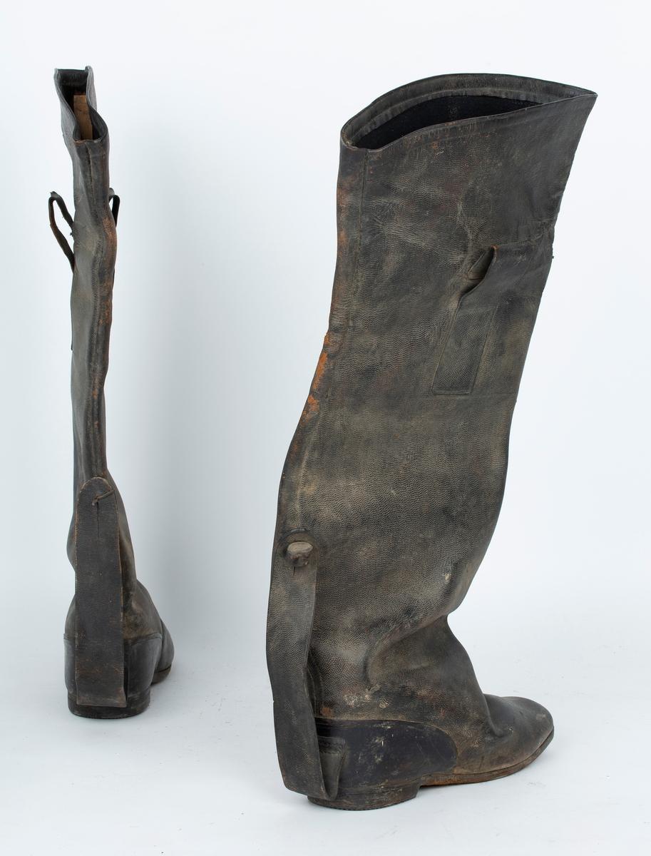 Kjørestøvler til vinterbruk, ett par. Svært store, benyttet sammen med annet fottøy, isolasjon e.l.