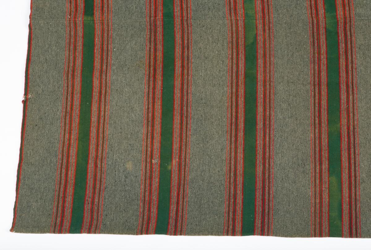 Dynetrekk, ullbolster, håndvevet, satinbinding. To lengder i bredden. Grå bunn, stripet mønster.6 felt med brede grønne striper, flankert av smale røde og grønne striper Reparasjon av rifter gjort for hånd