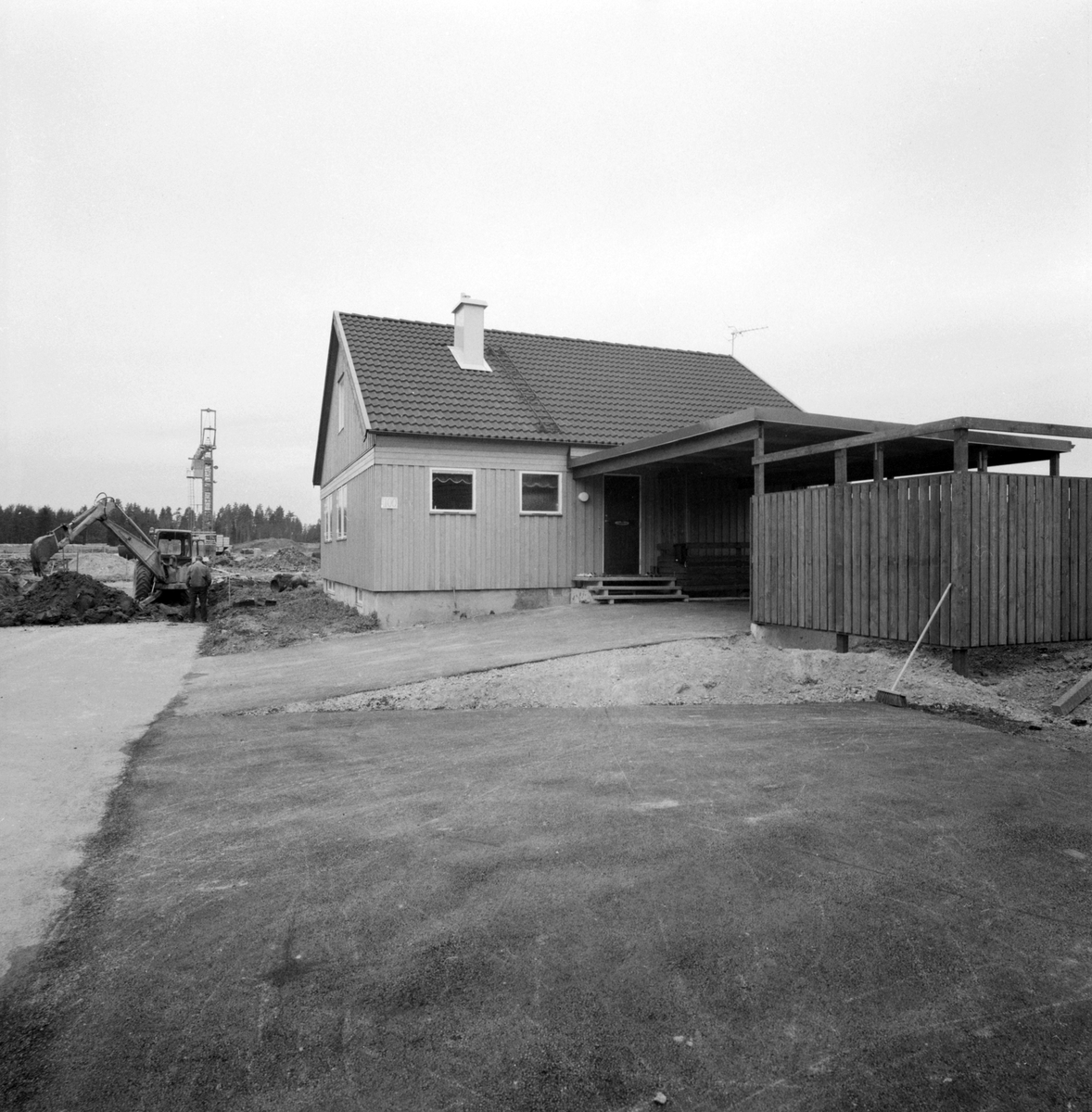 """År 1971 stod de första så kallade KB-villorna klara för inflyttning i Linköping. Bakom husens benämning stod firma KB-bygg som grundats 1964 av byggmästarna Lars Kvissberg och Carl-Owe Bäckström. I slutet av 1960-talet hade de bägge herrarna vunnit anbudstävlingen kring att uppföra 261 villor i stadsdelen Ryd. Den speciella KB-villan togs fram och konstruerades med fribärade takstolar och avsaknad av bärande väggar i såväl botten- som övervåningen. Det möjliggjorde en unik flexibilitet av varje villas planlösningen vilket gav köparna stora möjligheter att påverka rumsindelningen. KB-villan gjorde stort intryck på bomässan i Norrköping 1971 och året därpå utsåg tidningen Allt i Hemmet KB-villan till """"Årets hus"""". En succé var född. Om vi hyser tilltro för det provisoriska numret på husgaveln visar bilden villan på adressen Heidenstams gata 100."""