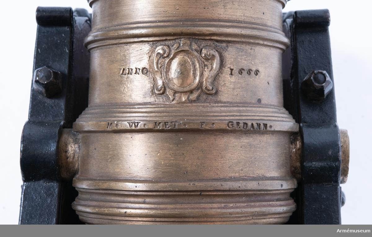 Grupp F I. Skala 1/4. Kapten F A Spaks katalog 1888. Till modellen hör mörsarestol, mundeckel, riktkil, viskare och sättarekolv. Sannolikt tillverkad av Michael Weinholdt, Danzig. /W Tepfers På pjäsen står skrivet Anno 1666, samt därunder M W Me F(ecit) Gedan.