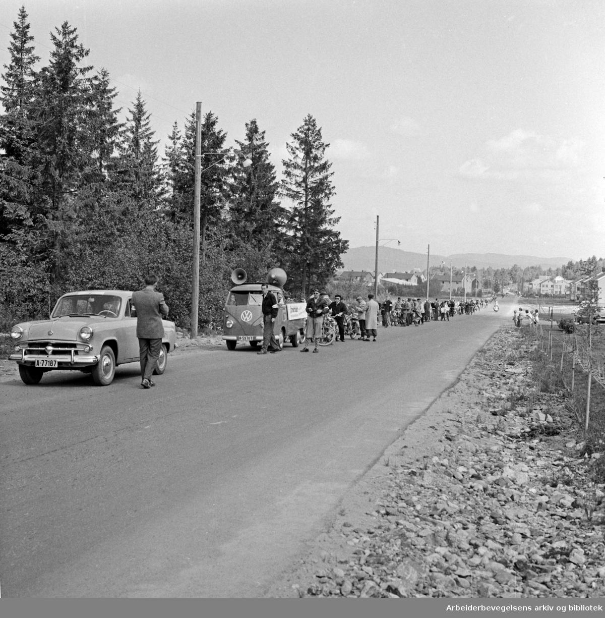 Arbeiderbladet arrangerer moped-tur fra Yongstorget til Frambu (Siggerud i Ski kommune) i samarbeid med Norges Sykkel- og Mopedeieres Forening, 10. juni 1958.