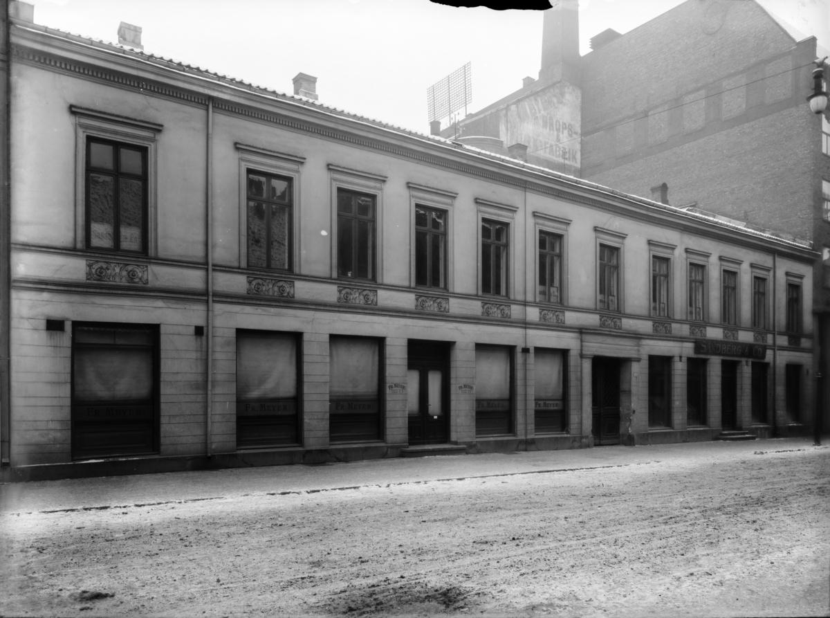 Bygning med skilt: Sandberg & Co.