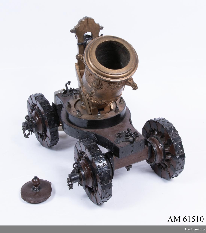 Grupp F I. Modell av 60-pundig fyrmörsare. Skala 1/4. Kapten F A Spaks katalog 1888. Till modellen hör mörsarestol med fyra hjul eller rullar, horisontal riktskruv och mynningspropp. Egenartad konstruktion. Sannolikt tillverkad av Michael Weinholdt, Danzig. /W Tepfers