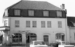 Byggnadsinventering 1972. Plåtslagaren 1. Bostadshus mot tor