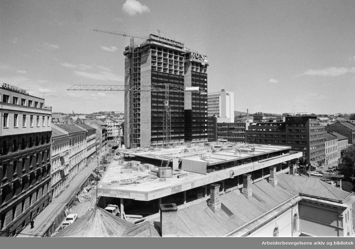 Byggingen av av Hotel Scandinavia ved Holbergs plass. Også kjent som SAS-Hotellet eller Radisson Blu Scandinavia Hotel. Juni 1974.