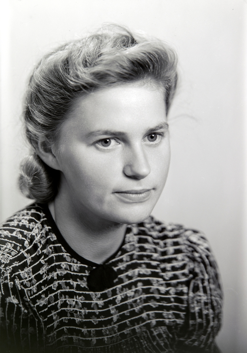 Portrett, halv figur.  Marit Haugen, (1921-1981) fra Sandvika i Ottestad, Stange. Gift Antonsen.