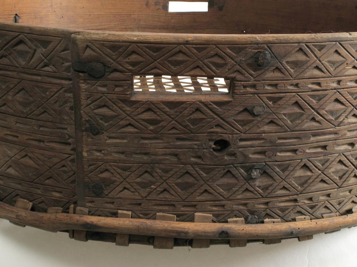 Karveskurd med ruteborder og sirkelborder.