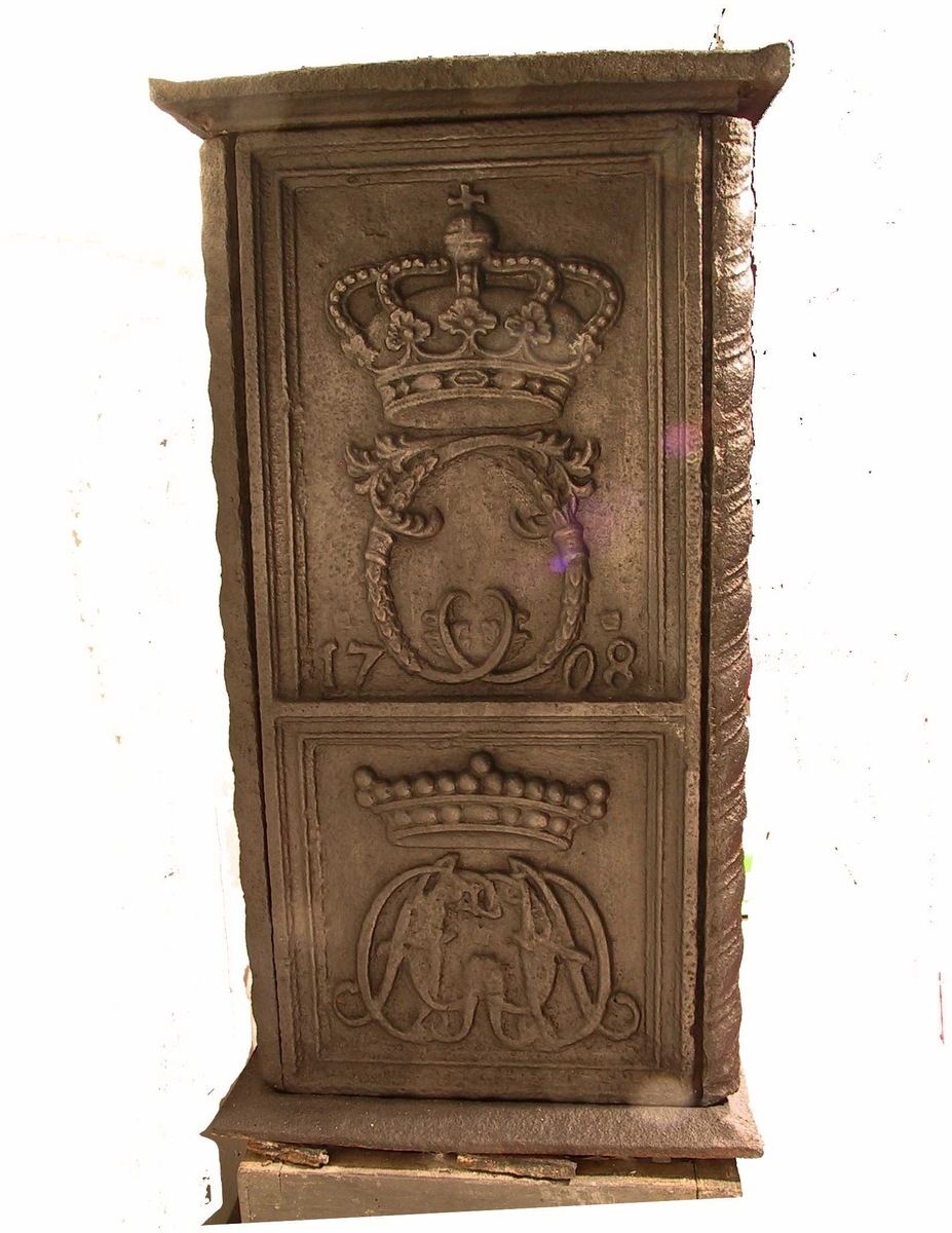 kornprinsen Chiristians portrett i  laurbærkrans på postament,  Kortside nede speilmonogr. CAG m. adelig krone, oppe speilmonogr. krontet C. Langside kornprinsen Chiristians portrett i  laurbærkrans på postament, på hvilket tekst .