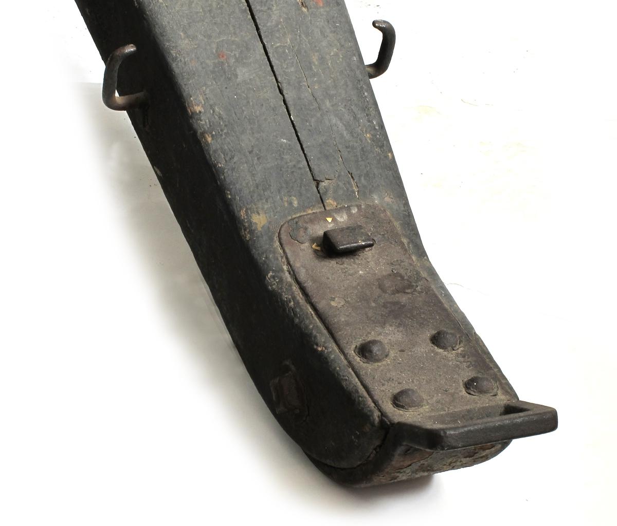 Lavett,  til munnladningskanon.  Høydeinnstillingsskrue mangler.  12-ekers hjul, jernmeier.avsmalnende  kanonholder av eik med jernbeslag,  sortmalt. Undersiden er  rundet i forkant, med jernbeslag over og under,  over festet med fire runde nagler og en stor  firkantet. Ytterst firkantet trekk hank.  Tilstand: beslagene rustne. Et lite halvrundt  stykke av treet er borte midt bak.