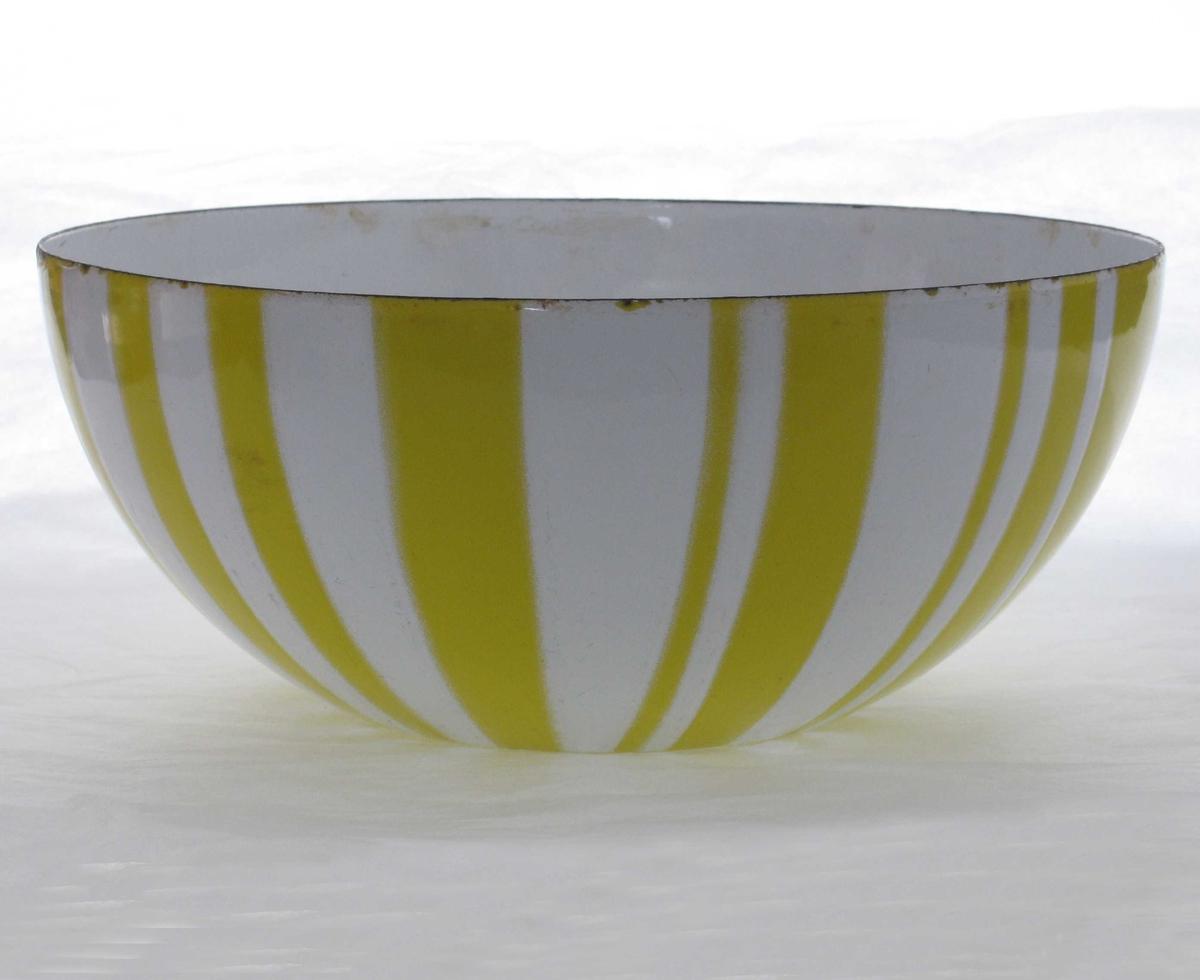 Langs utsiden: ovaler spisset i hver ende og delt på midten.