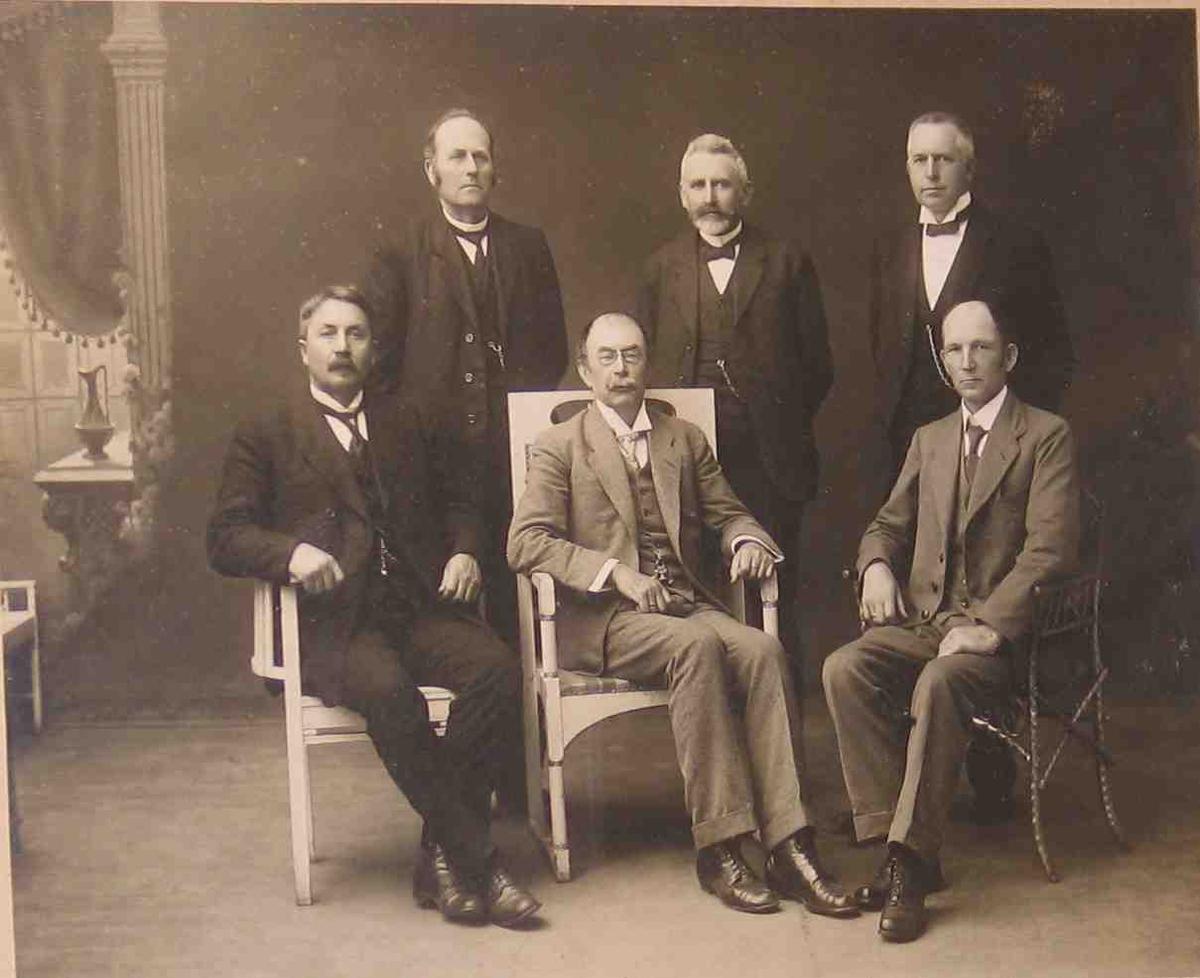 Gruppeportrett. Tre sittende og tre stående herrer, Aust Agder Fylkes elektrisitetskomite,  1919.