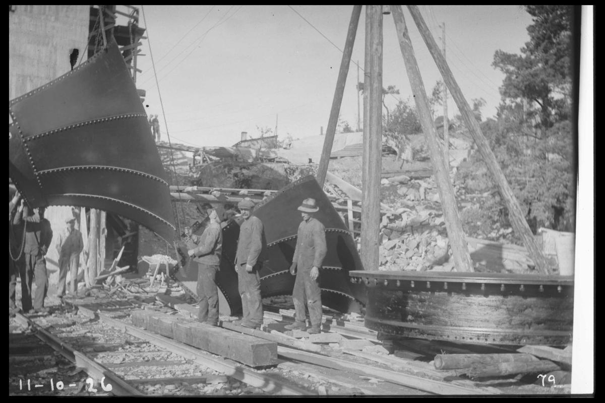 """Arendal Fossekompani i begynnelsen av 1900-tallet CD merket 0010, Bilde: 31 Sted: Flatenfoss i 1926 Beskrivelse: Transport av """"tromma"""" til turbinen"""