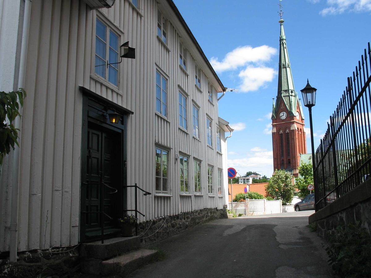 Bygningsmiljø på Tyholmen i Arendal.  Trefoldighetskirkens tårn sees i bakgrunnen.