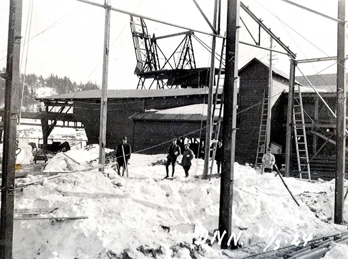 """""""29/03-1924"""" Nitriden. Bygging av stekeribygning for steking av elektrodekull. Jernkonstruksjoner. Kran på kai, Tromøysund og Tromøy i bakgrunnen."""