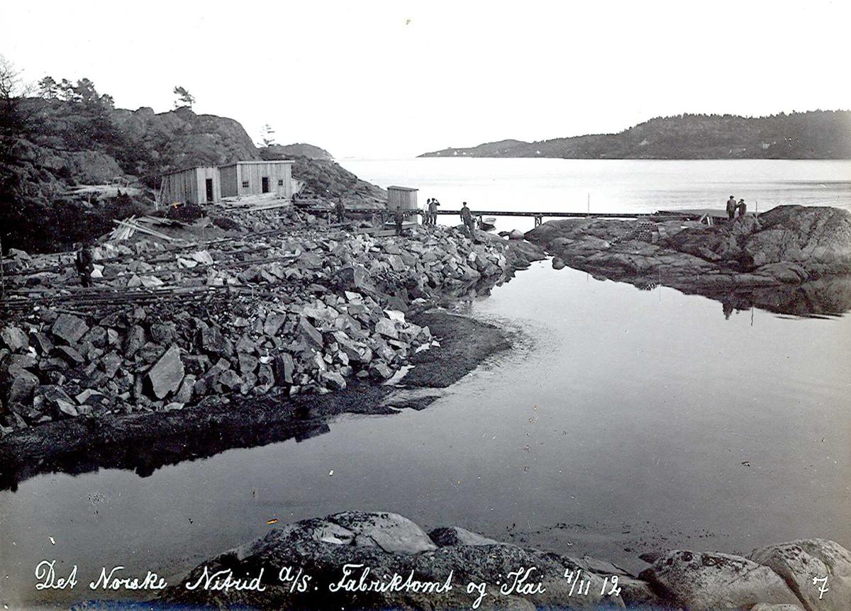"""""""04/11-1912"""" Nitriden. Fabrikktomten og anlegg for kai. Anleggsbrakker. Tromøysund og Tromøy til høyre."""