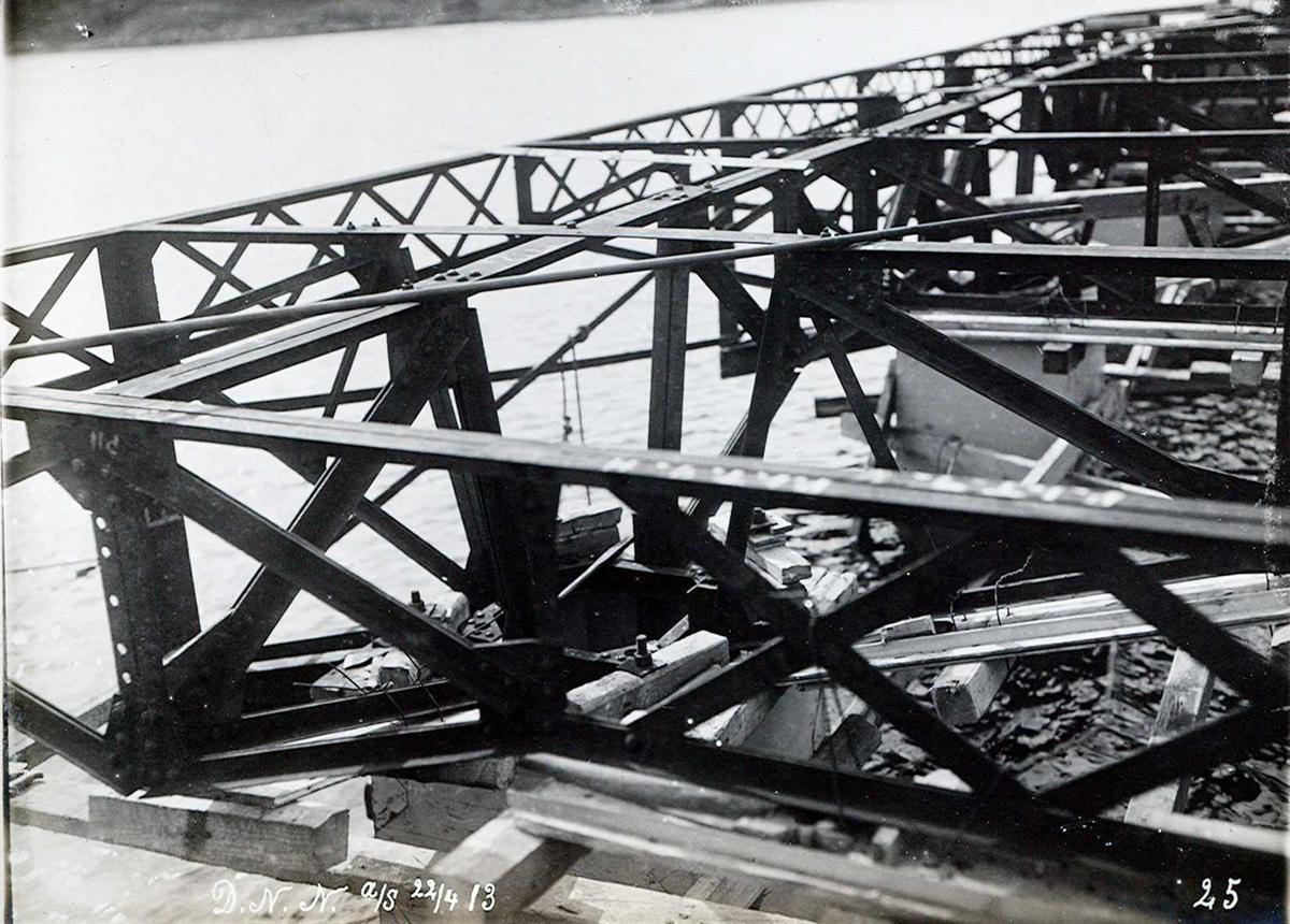 """""""22/04-1913"""" Nitriden. Jernkonstruksjoner på støpte fundamenter, kaianlegget. Tromøysund og Tromøy i bakgrunnen."""