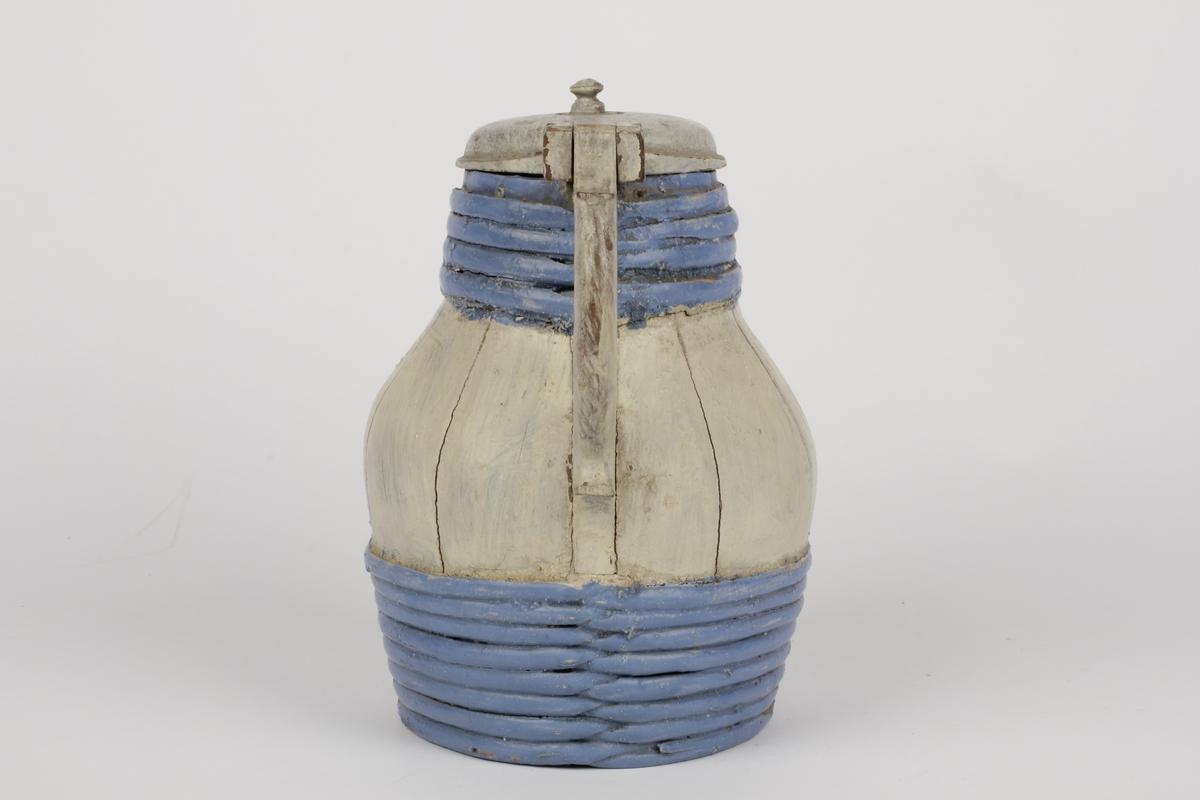 Kanna er satt sammen av 12 staver hvorav en danner håndtak og en tut. Tuten er en uthulet kvist. 8 vidjegjorder nederst og 4 øverst. Lokket er hengslet fast øverst på håndtaket Tidl. reg.: nr. 102