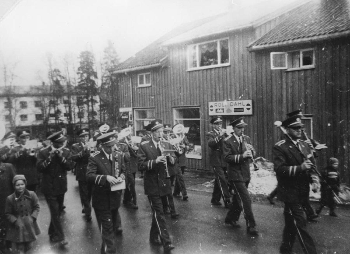 Ski ungdomskorps i sine nye uniformer 1.mai.